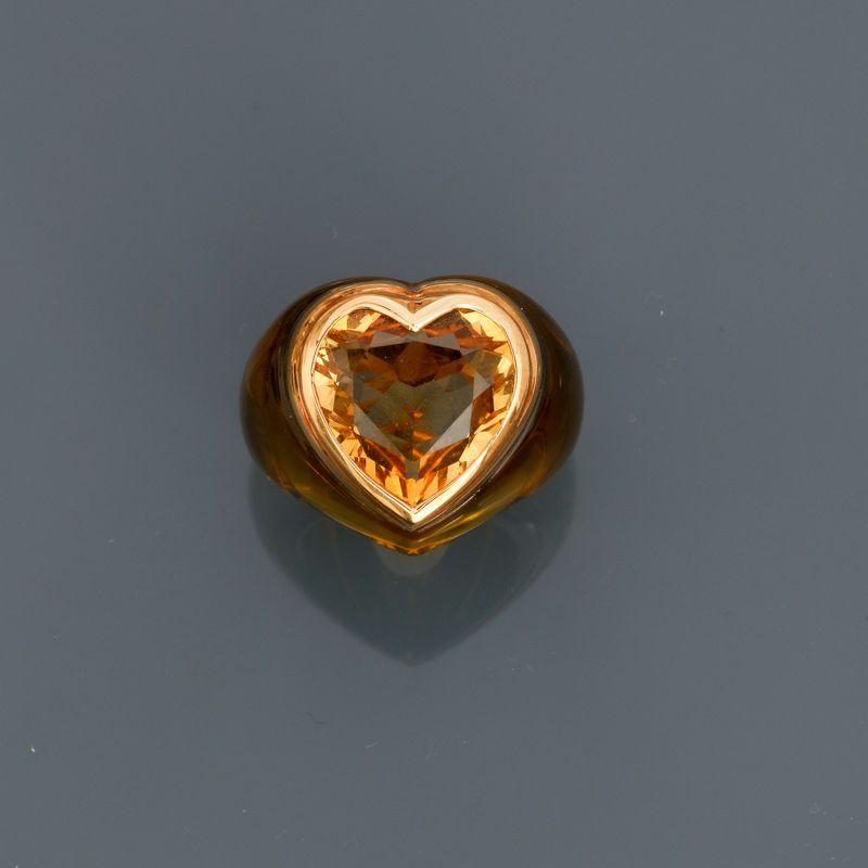 Bague en résine jaune, ornée d'une citrine taille coeur sertie d'or jaune 750MM, [...]