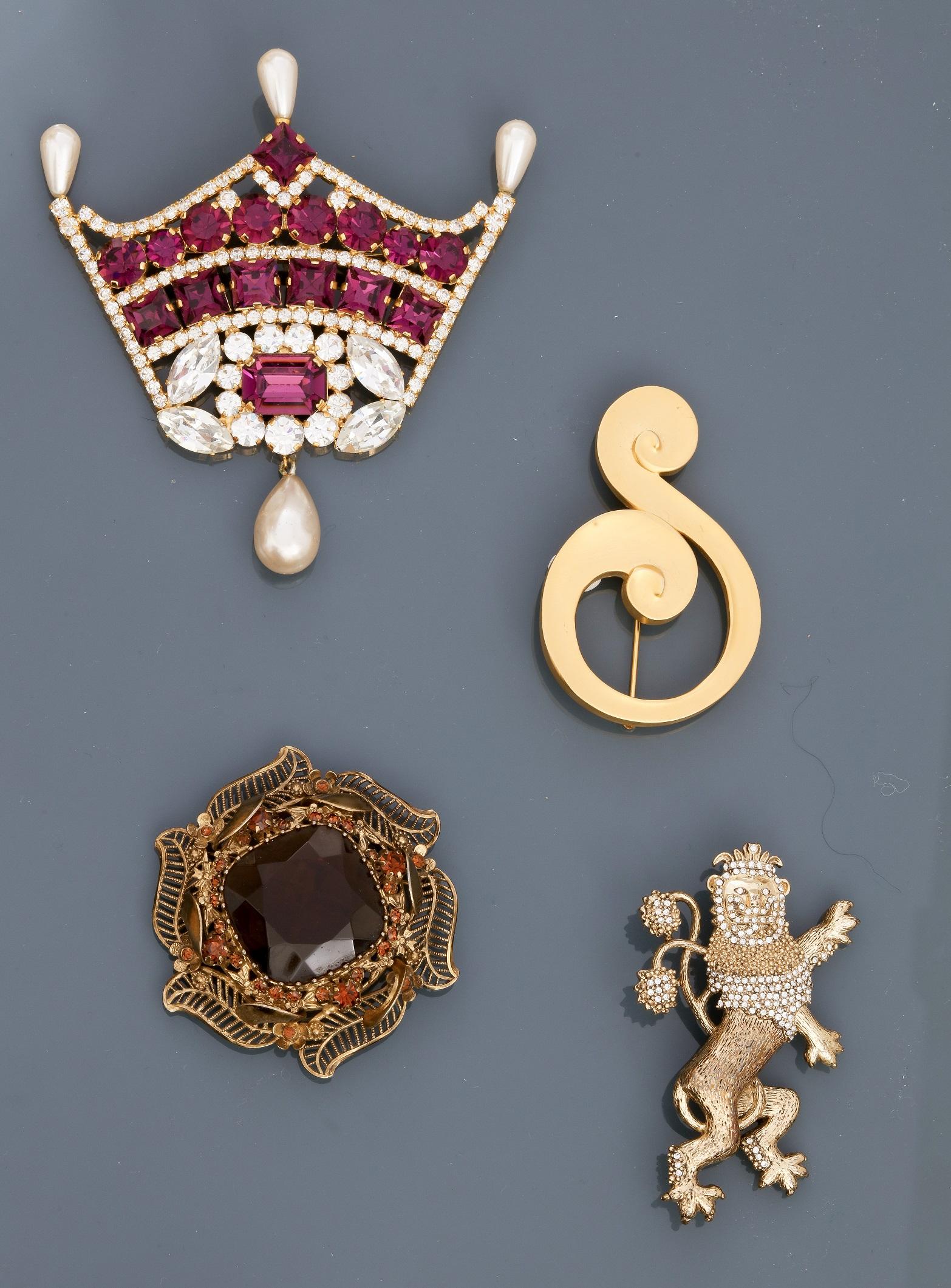 """Los 0J - Lot : Broche """" Couronne """" recouverte de strass Swarowski et perles piriformes, , [...]"""