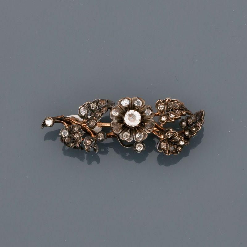 Los 3 - Broche barrette à décor floral en or 750MM et , argent 925 MM, ornée de pierres du [...]