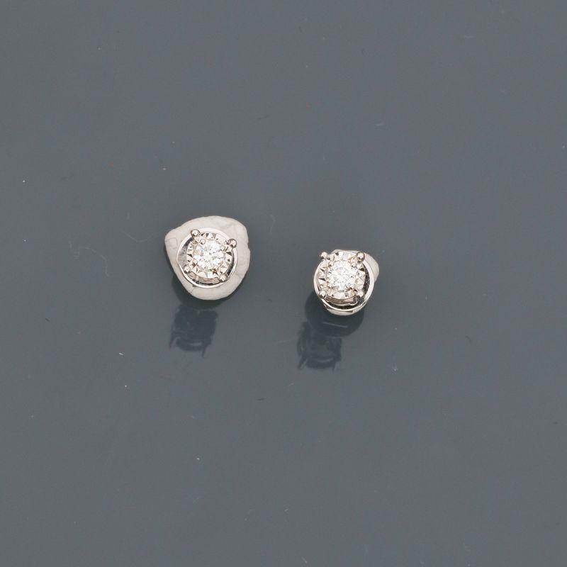Lot 22 - Puces d'oreilles en or gris, 750 MM, ornée chacune d'un brillant, total 0,10 carat, [...]