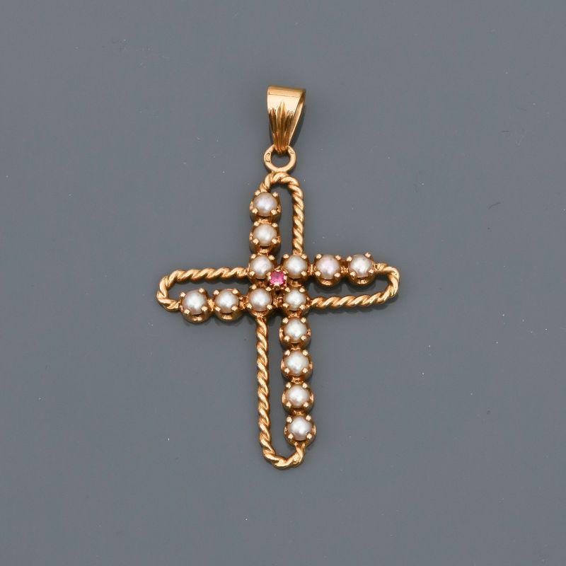 Los 32 - Pendentif en croix d'or jaune, 750 MM, torsadé, ornée de demi-perles, dimensions : [...]
