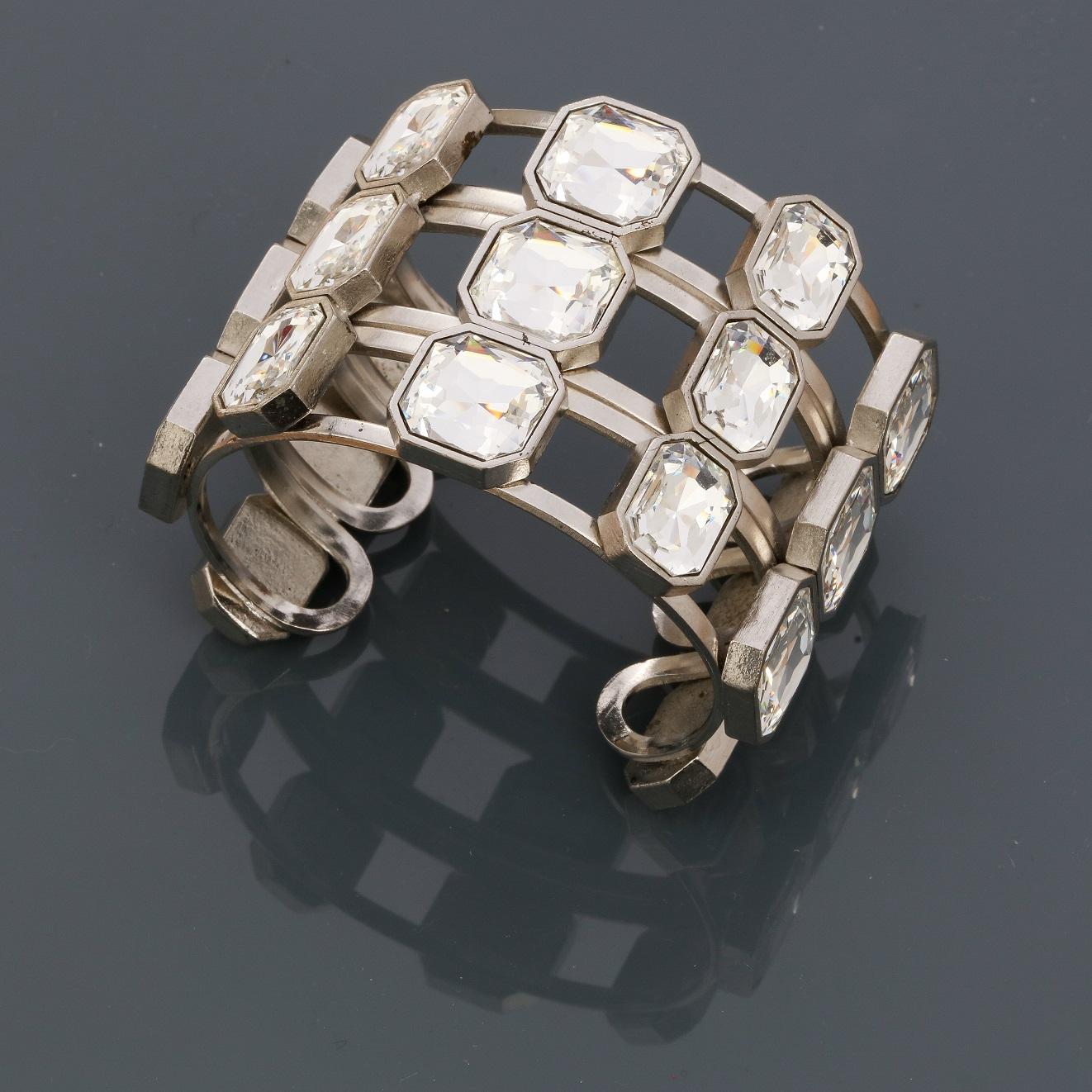 """Yves St LAURENT, Bracelet """" Manchette """" en métal rhodié, recouvert de strass """" [...]"""