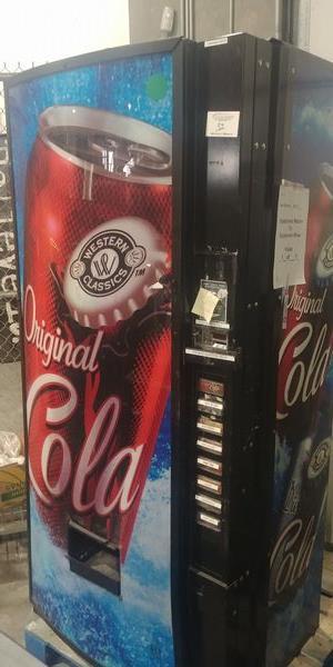 Lot 32 - Royal Vendor Vending Machine - Does have key
