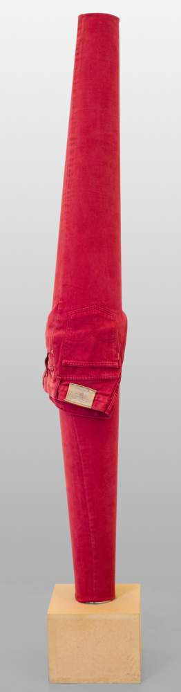 Erwin Wurm (Bruck / Mur 1954 geb.)  (ohne Titel)  (Red Trousers) rote Jeans über Stahlblechröhre,