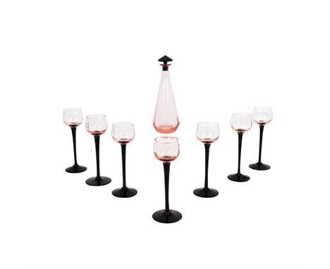 LIKÖRSET ART DÈCO,  1. Hälfte 20. Jh. Karaffe und Sieben Gläser rosafarbenes bzw. Weinrotes Glas. H: 24 cm und 15 cm. Leich