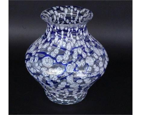ZIERVASE  wohl Loetz, 1920er/30er Jahre Farbloses Glas mit unregelmässig aufgeschmolzenem blauen Fadendekor und weissen Flo