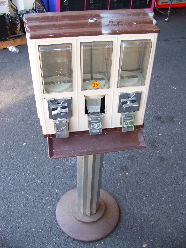 Lot 15 - NORTHWESTERN TRIVEND CANDY MACHINE