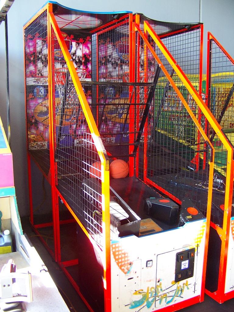 Lot 52 - SLAM N JAM BASKETBALL ARCADE GAME LAI GAMES