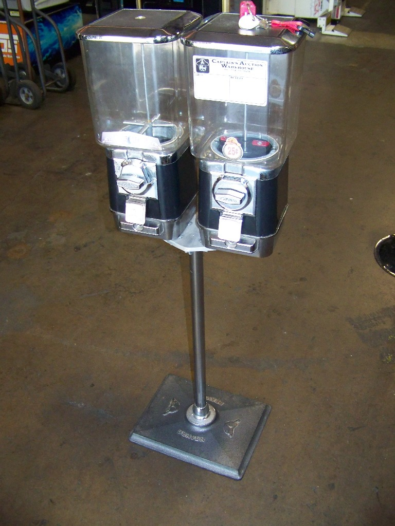BEAVER DUAL CAPSULE CANDY HEADS ON STAND