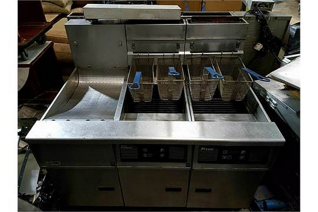 Lot 82 - Pitco SG14Rjs twin -FF twin tank gas fryer with filtration heavy duty high powered twin tank fryer -