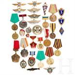 Große Gruppe Auszeichnungen und Schulterstücke, überwiegend Sowjetunion, 2. Hälfte 20. Jhdt.<