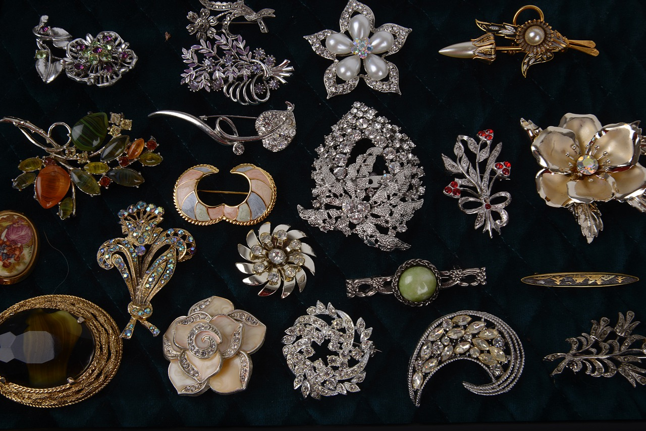 Lot 8 - A large collection of vintage costume jewellery brooches