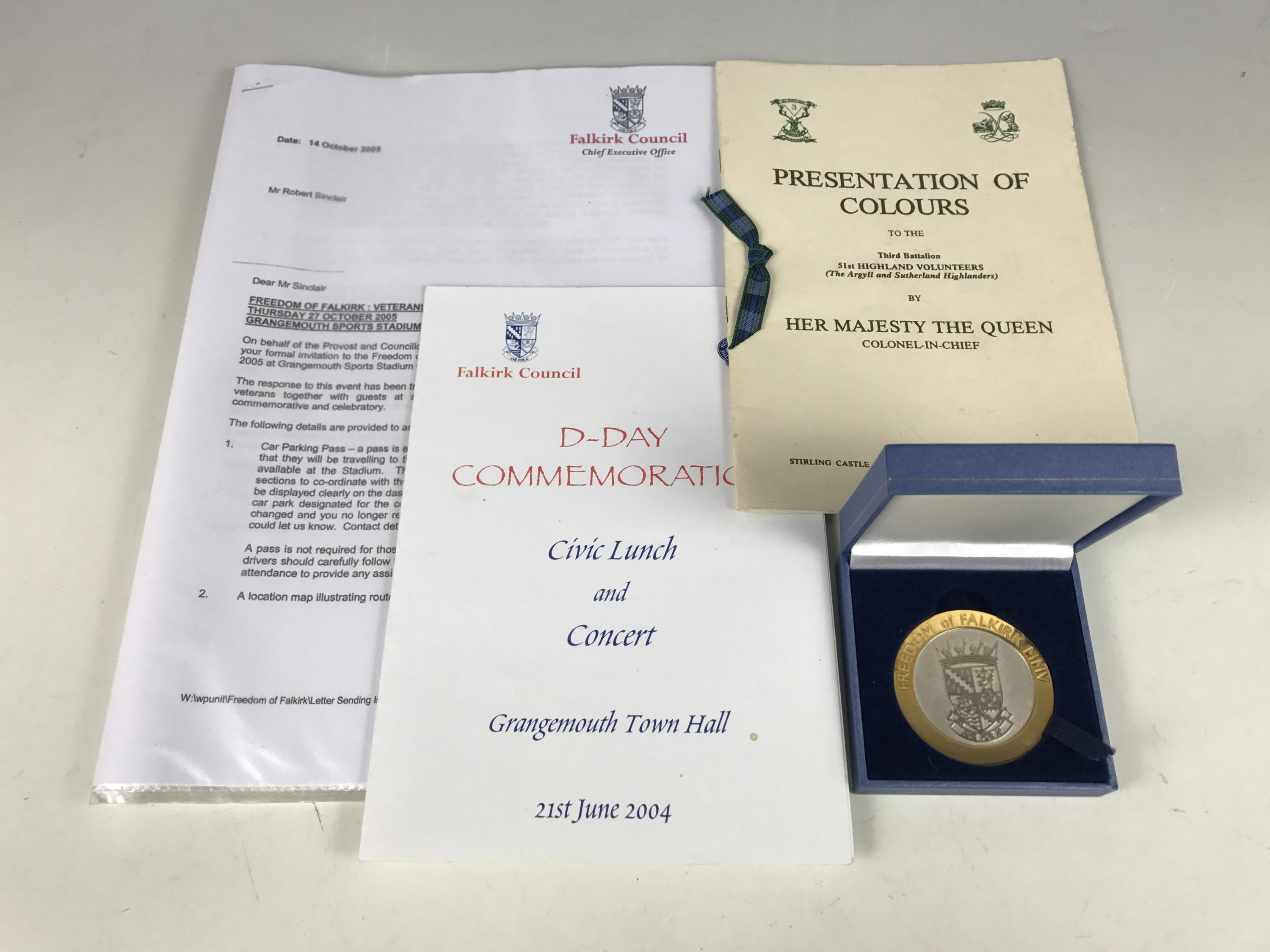Lot 39 - A Freedom of Falkirk commemorative medallion, related documents etc