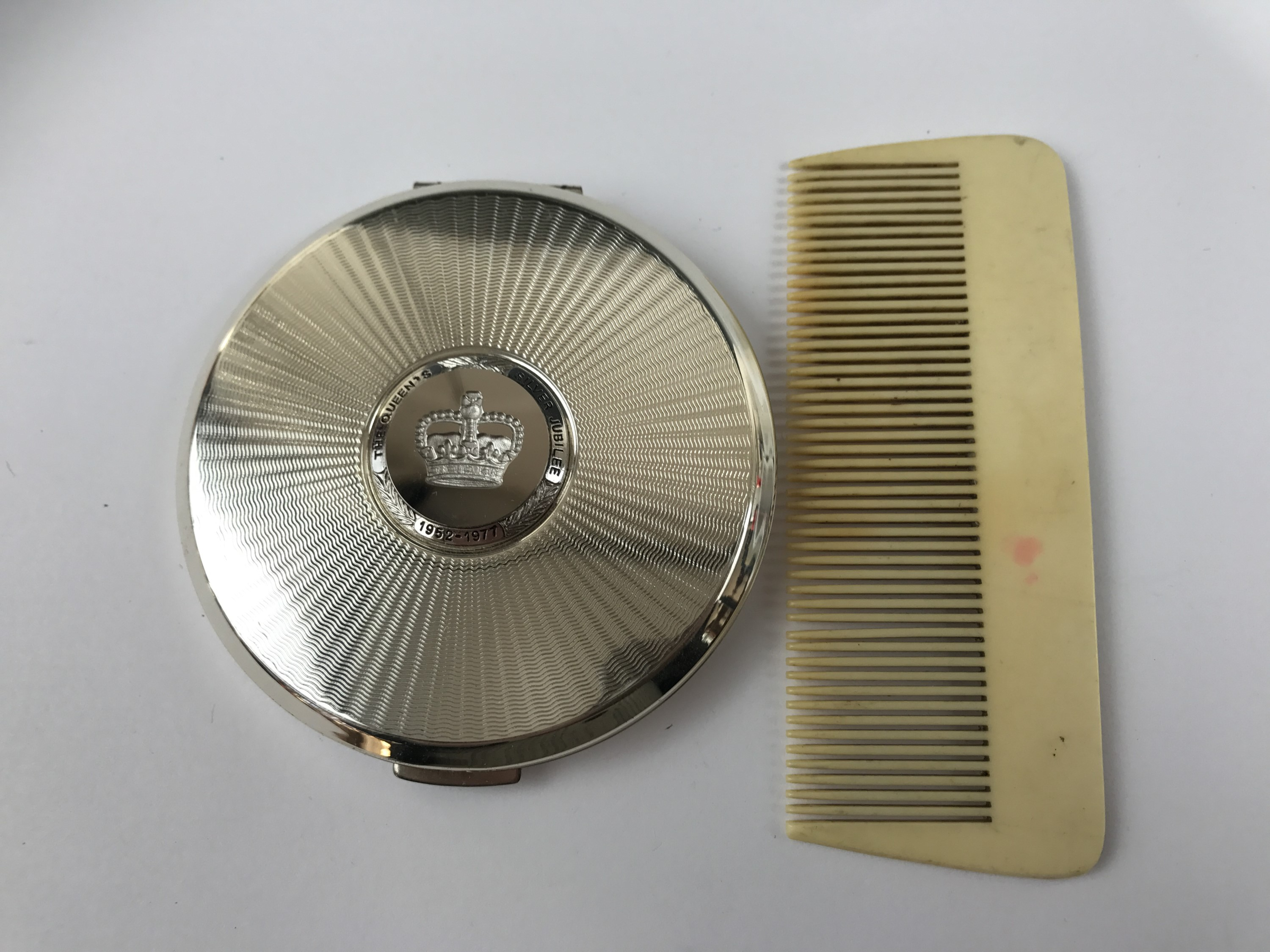 Lot 21 - A Stratton pressed powder compact together with an early 20th Century Ivorine comb