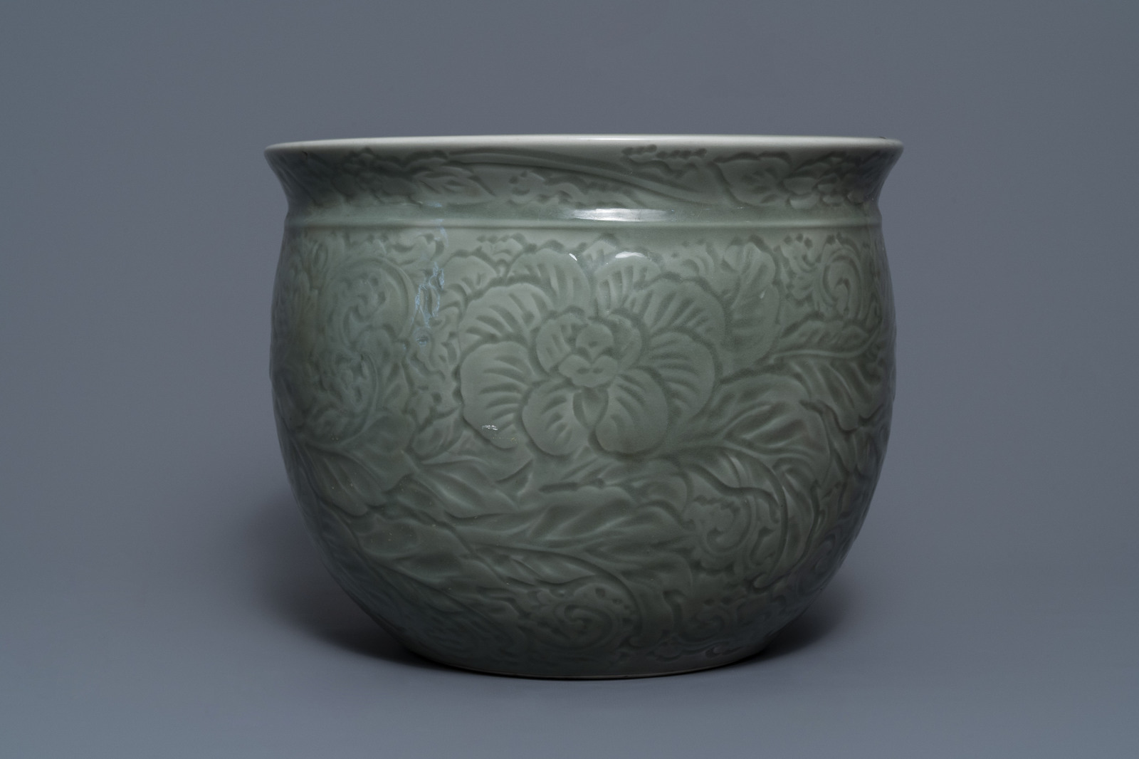 A Chinese celadon jardinire and a pair of relief-decorated cong vases, 19/20th C. - Image 5 of 13