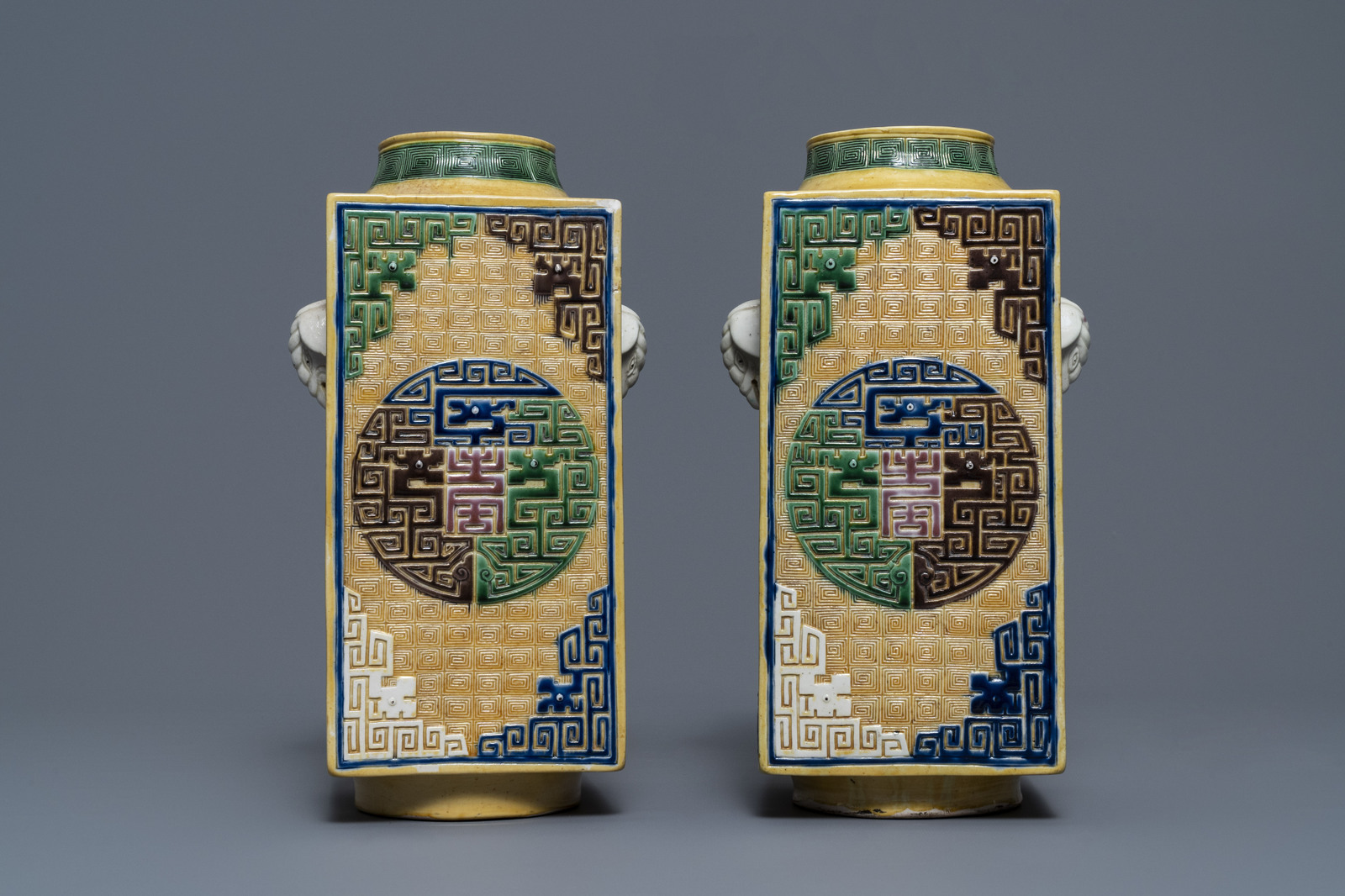 A Chinese celadon jardinire and a pair of relief-decorated cong vases, 19/20th C. - Image 10 of 13