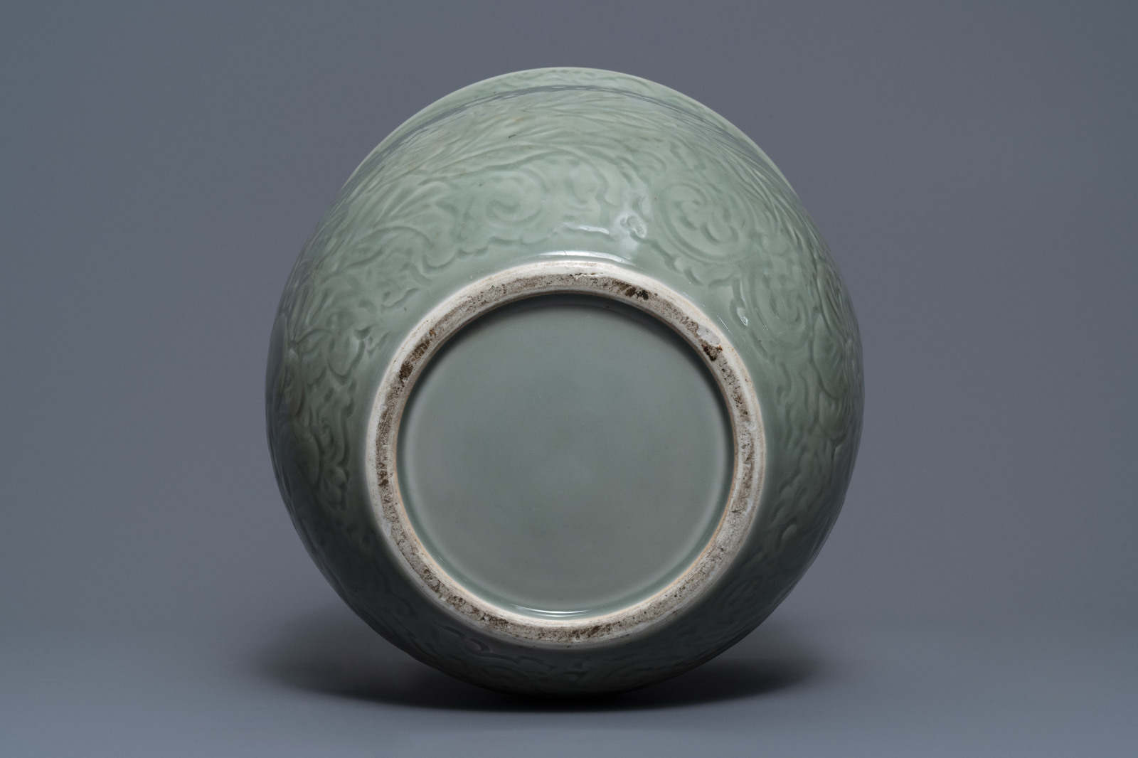 A Chinese celadon jardinire and a pair of relief-decorated cong vases, 19/20th C. - Image 7 of 13