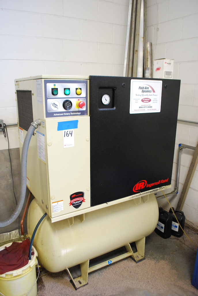 Lot 164 - INGERSOLL RAND 15 HP MODEL UP6-15C-125 TANK MOUNTED SCREW TYPE AIR COMPRESSOR: S/N UQ1355U09293 (