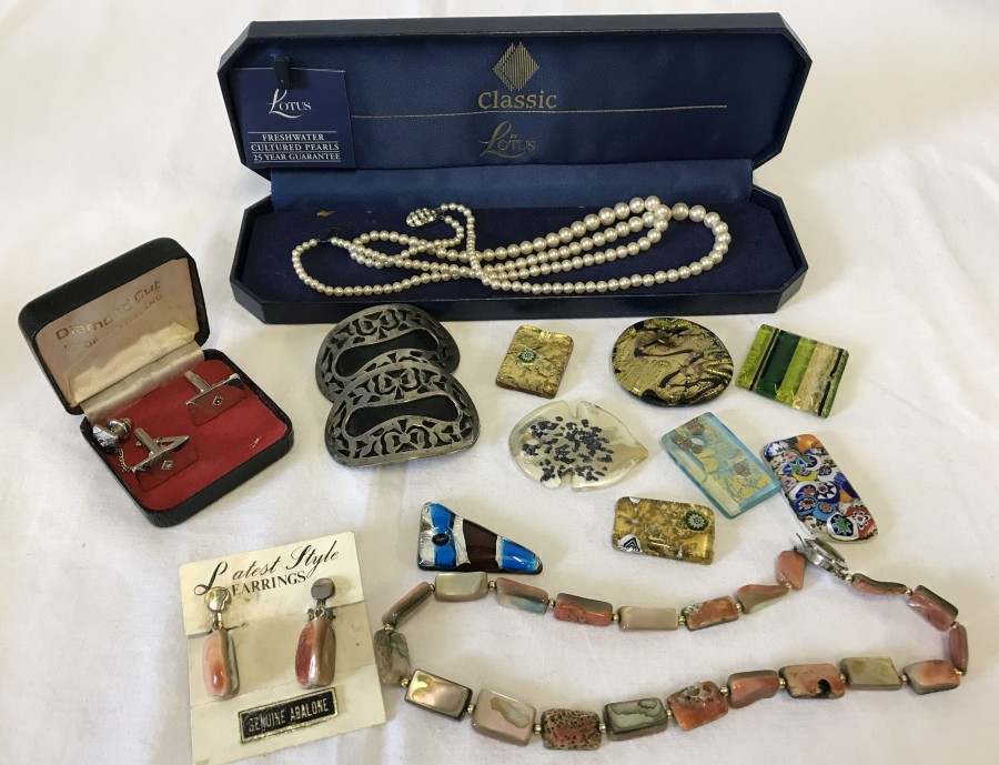 Lot 151 - A collection of vintage costume jewellery.