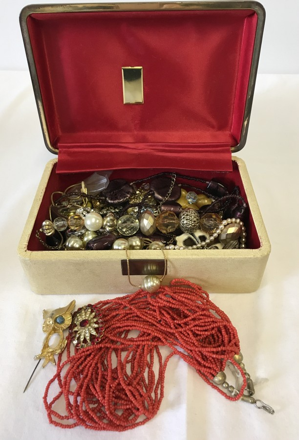 Lot 148 - A vintage cream jewellery box and contents.
