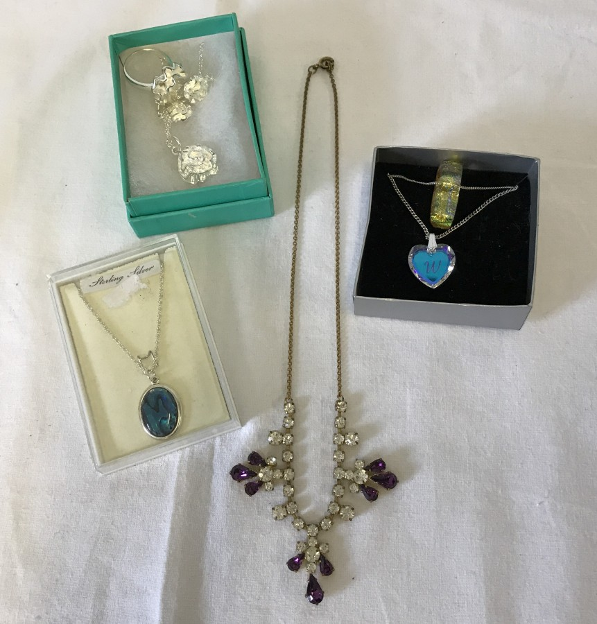 Lot 152 - 5 vintage and modern costume jewellery necklaces to include silver.