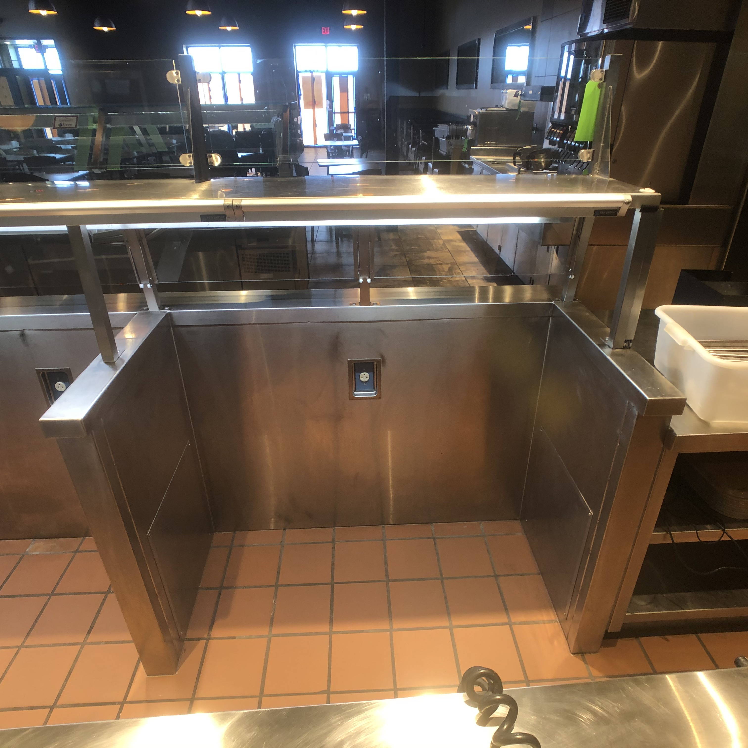 """San Jamar Approx. 18'8"""" L x 2'8"""" W Display Case with Lights and Sneeze Guard - Image 5 of 9"""