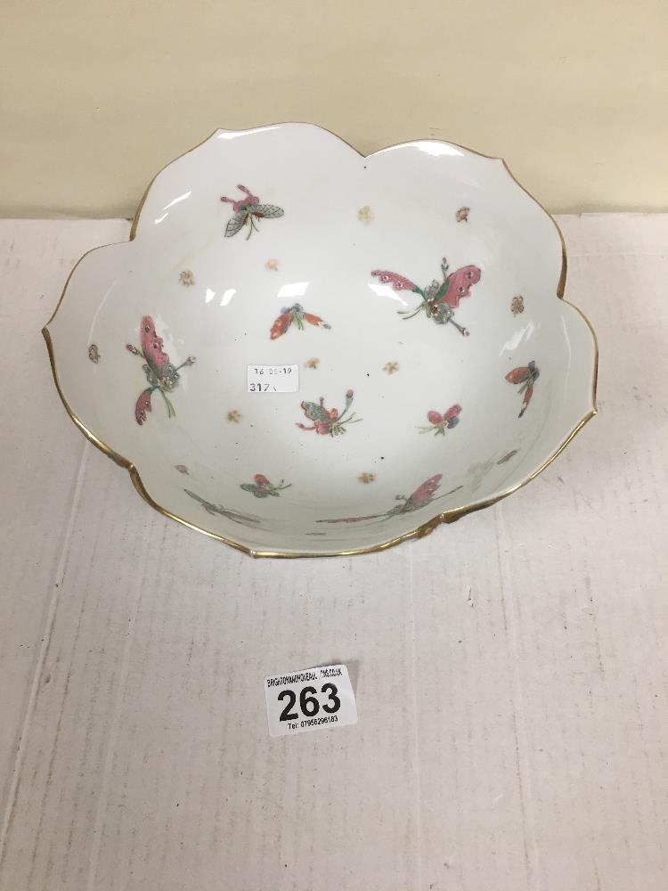 Lot 263 - A CHINESE PORCELAIN BOWL WITH RIBBED FLARED EDGE AND HAND PAINTED DECORATION THROUGHOUT OF