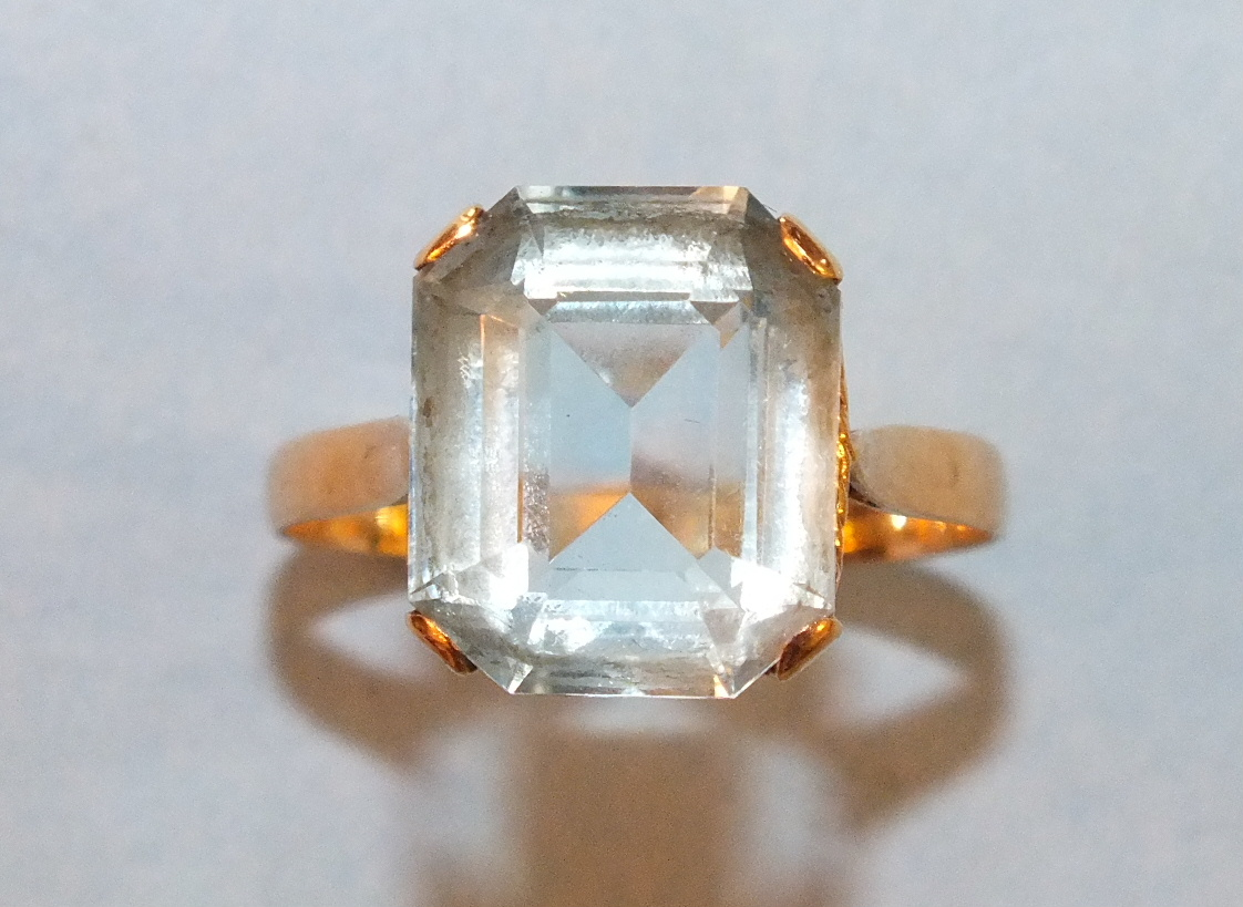 Lot 195 - A dress ring set a blue topaz of approximately 6.4cts in 18k yellow gold mount, size M, 2.7g.