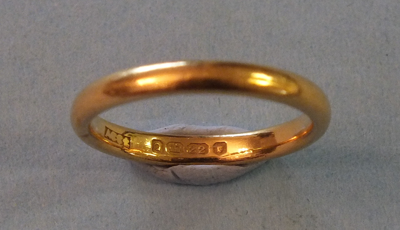 Lot 203 - A 22ct gold wedding band, size O, 4.5g.