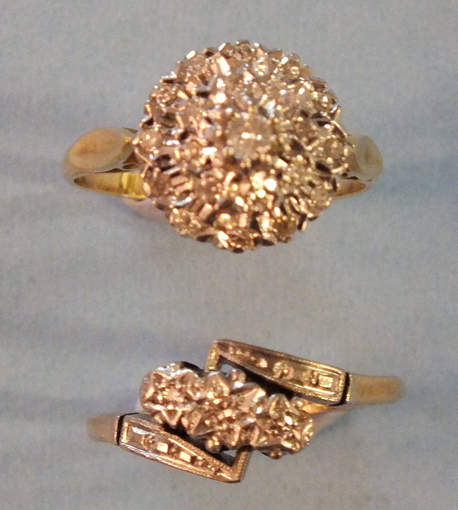 Lot 204 - An 18ct gold ring set a circular cluster of twenty one Swiss and brilliant-cut diamonds, size P,