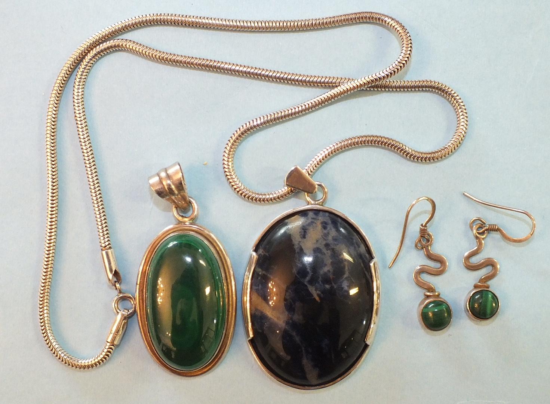 Lot 170 - A silver-mounted bluejohn pendant, 4.1cm long, on silver snake chain, a silver-mounted malachite