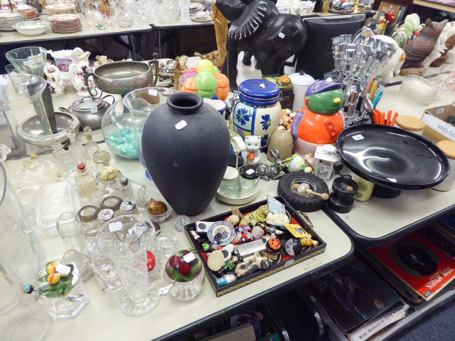 Lot 357 - A QUANTITY OF KITCHEN WARES TO INCLUDE; DOMESTIC POTTERY AND GLASSWARES, SPICE RACK, STORAGE JARS,