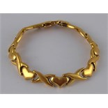 An 18 carat gold bracelet with heart motifs, approx 17cm long, 33.1 gms.