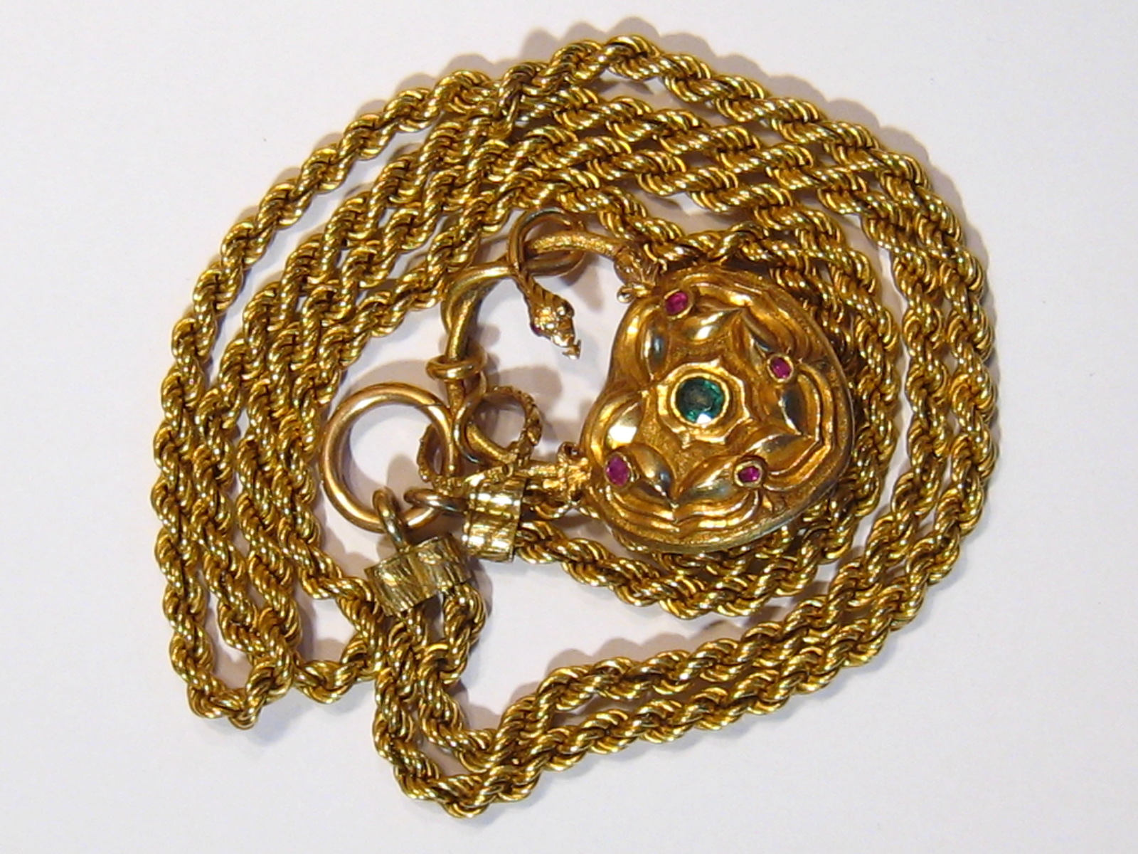 A fine antique gold necklace, the pendant symbolising love, designed as a heart shaped padlock - Image 14 of 15