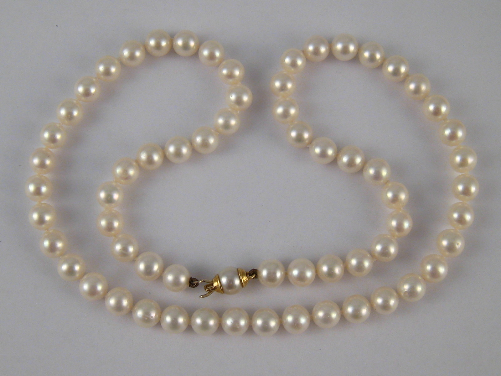 Lot 99 - A cultured pearl necklace with a yellow metal (tests 18 carat gold) clasp, necklace approx.