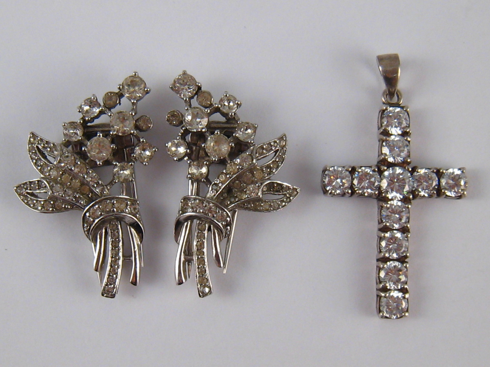 Lot 169 - A mixed lot comprising a white metal (tests silver) diamante cross,