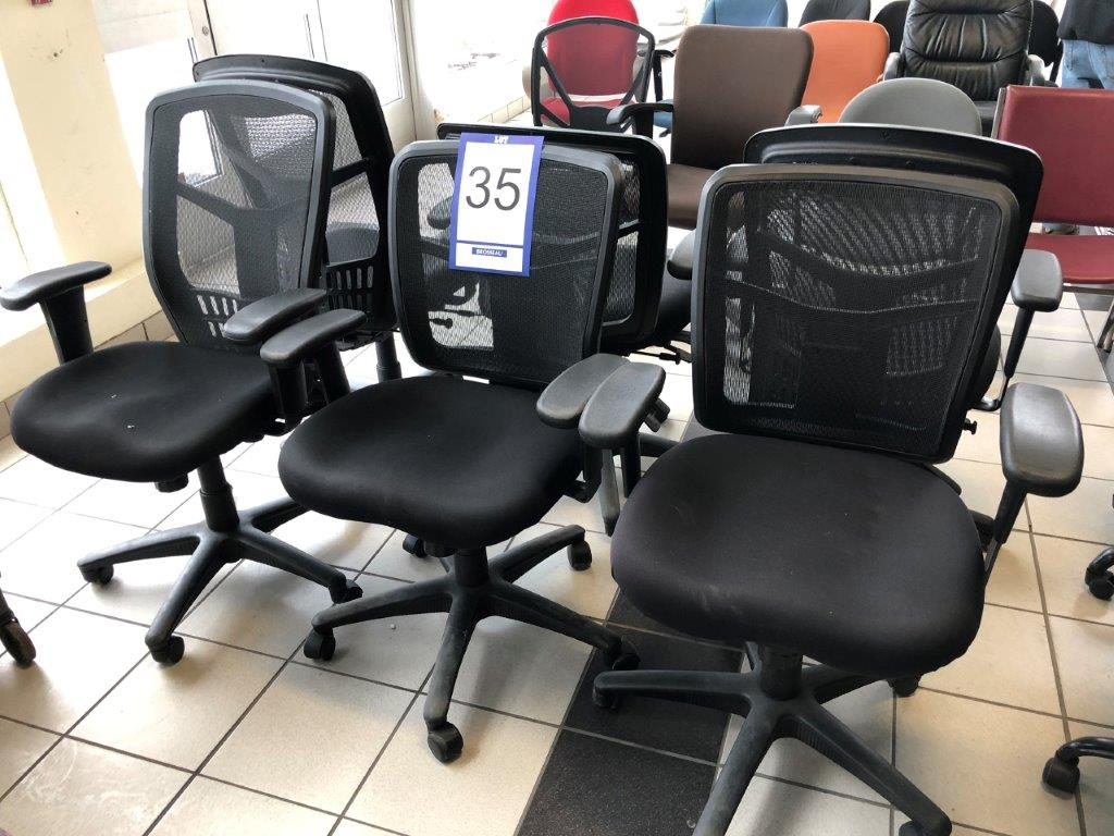 Lot 35 - Lot: 6 fauteuils en tissu tressé sur roues
