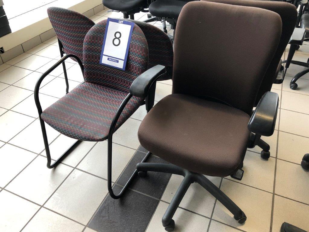 Lot 8 - Lot: 3 fauteuils visiteurs en tissu et 2 fauteuils en tissu sur roues