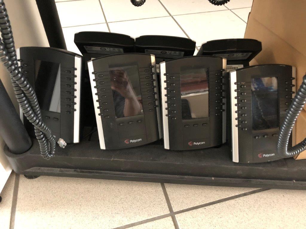 Lot 28 - Lot: étagère avec 29 appareils téléphoniques POLYCOM, 14 modules d'expansion et 5 adaptateurs