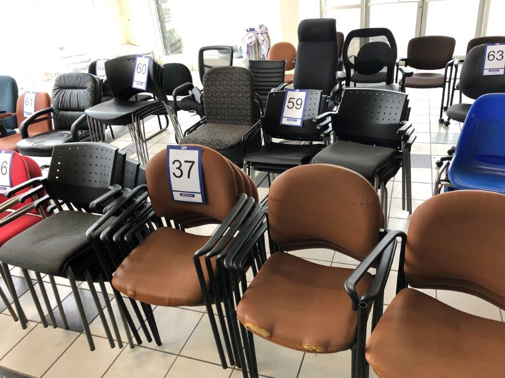 Lot: 10 fauteuils visiteurs en tissu brun et 4 fauteuils visiteurs noirs