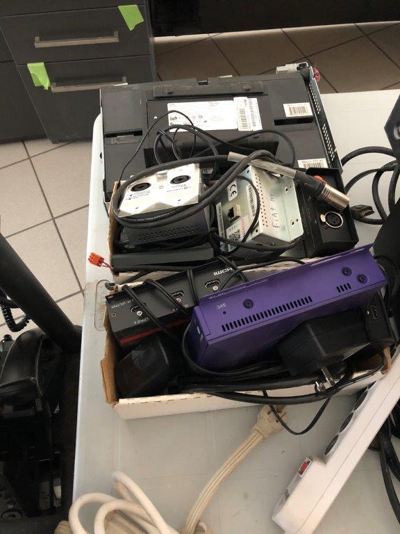 Lot 25 - Lot : table et contenu (9 batteries d'ordinateur, etc.)