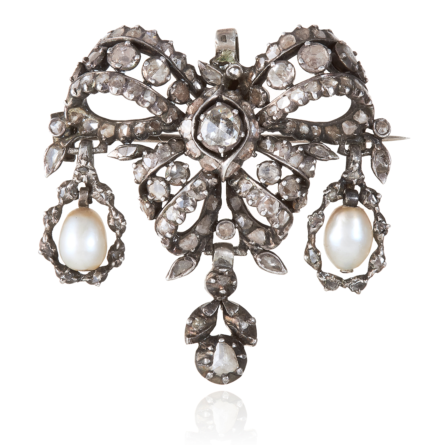 Los 351 - A NATURAL SALTWATER PEARL AND DIAMOND PENDANT / BROOCH, CIRCA 1820 in white gold or silver, the