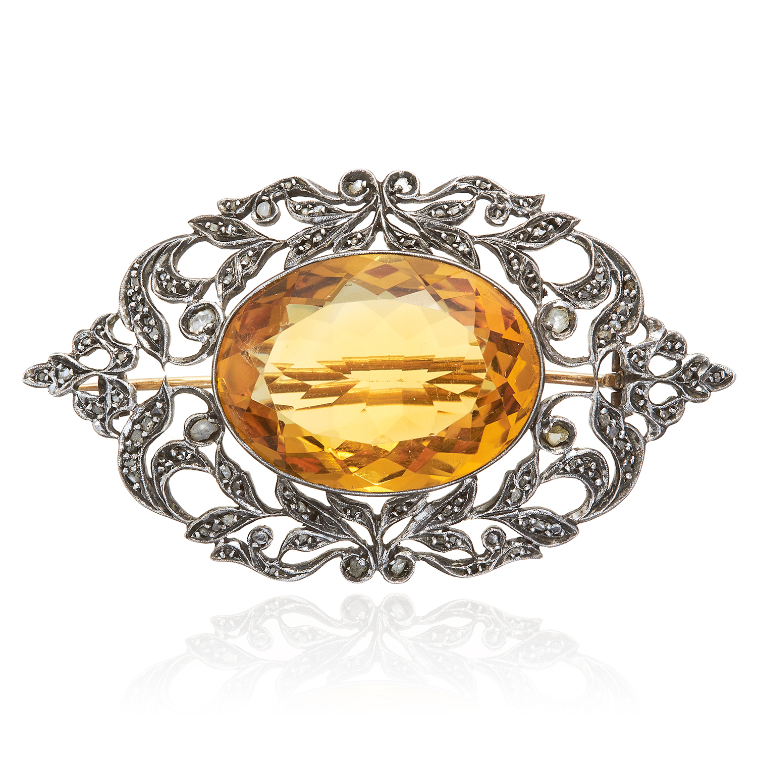 Los 336 - AN ANTIQUE CITRINE AND DIAMOND BROOCH, 19TH CENTURY in yellow gold and silver, the oval cut