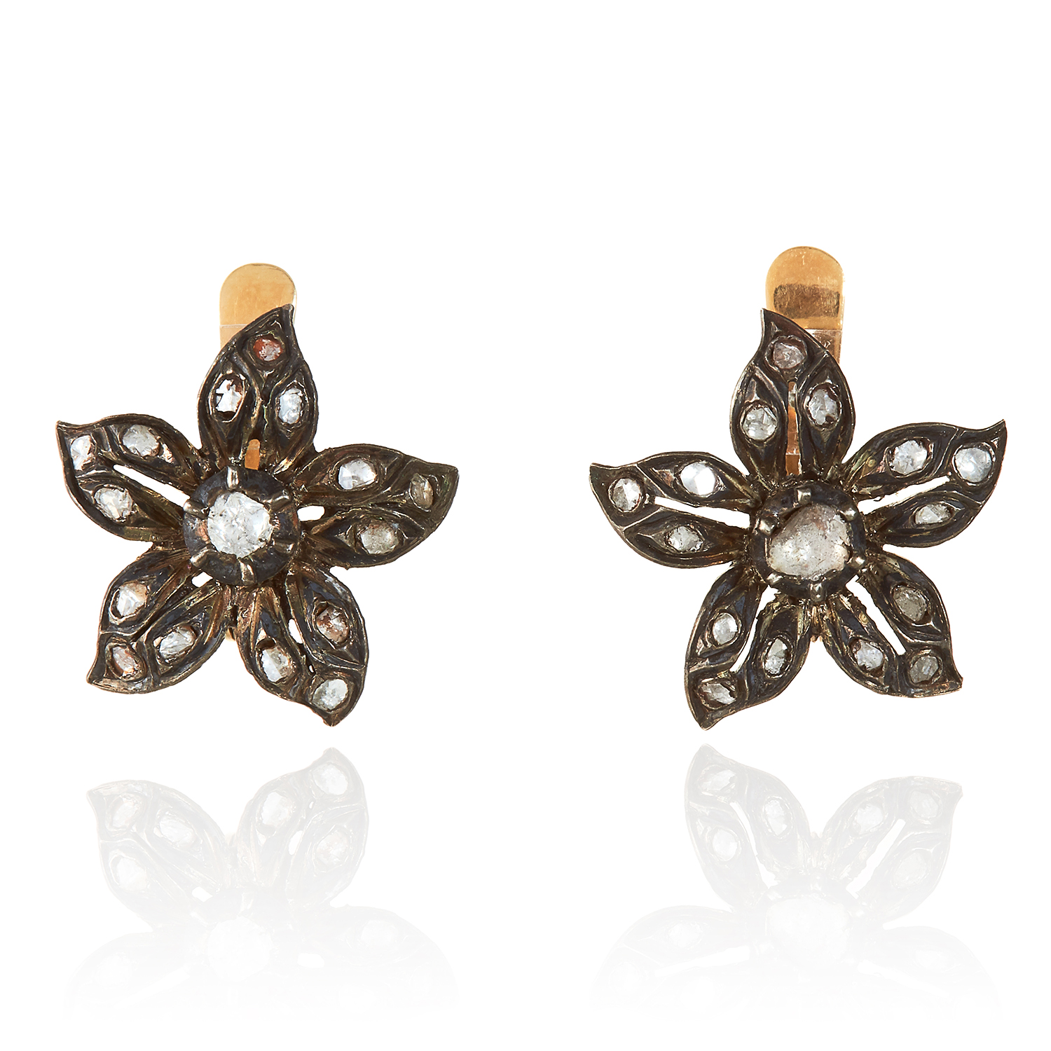 Los 337 - A PAIR OF ANTIQUE DIAMOND FLOWER EARRINGS in yellow gold and silver, unmarked, 1.9cm, 6.05g.