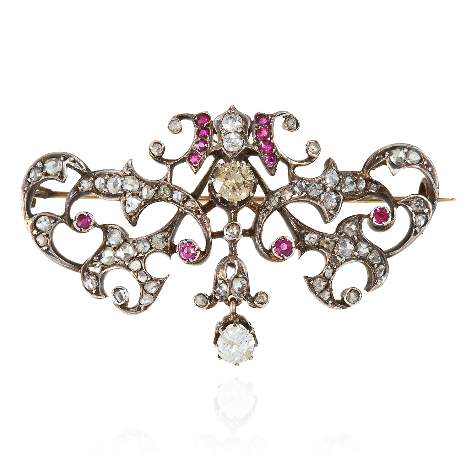 Los 310 - AN ANTIQUE RUBY AND DIAMOND BROOCH, 19TH CENTURY in yellow gold and silver, two principal old cut
