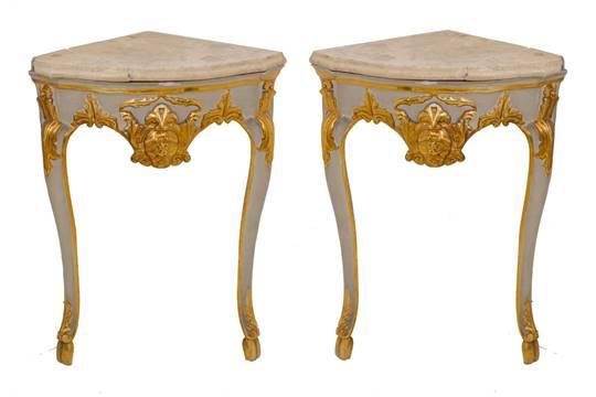 COPPIA ANGOLIERE in legno laccato e dorato, piano in marmo giallo ...