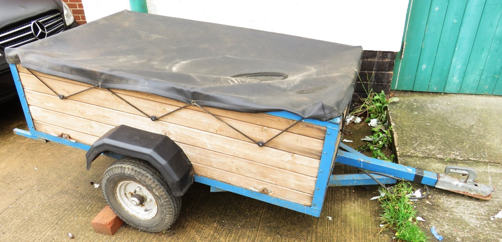 Lot 49 - SMALL TRAILER WITH FABRIC TOP COVER