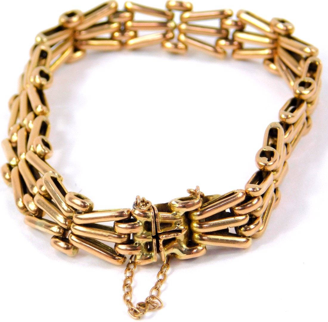 Lot 38 - A 9ct gold X form gate bracelet, on a snap clasp with safety chain as fitted, 16.3g.