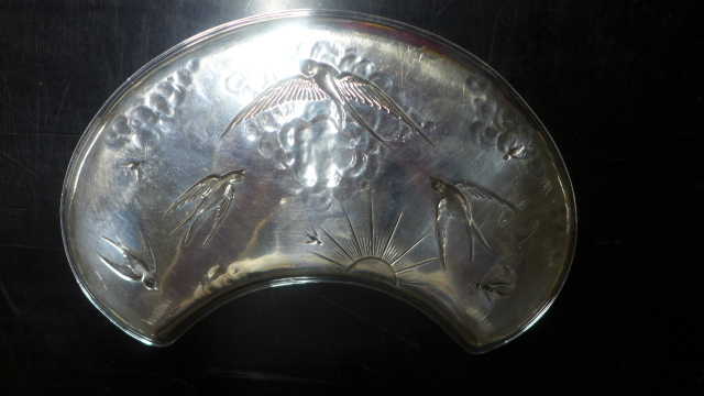 Lot 683 - A Silver Swallow Decorated Kidney Shaped Tray - Sheffield 1907/08 J D & S - 30 cm wide -