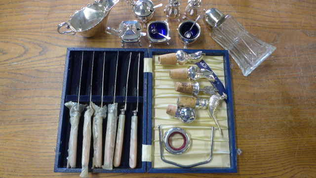 Lot 677 - Assorted plated ware including a cruet and five bottle stops/pourers